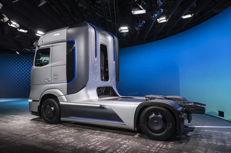 Daimler unveils Mercedes-Benz GenH2 hydrogen tractor concept 1